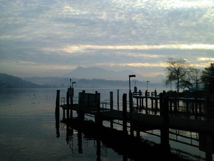 Die Berge und der See im Morgennebel